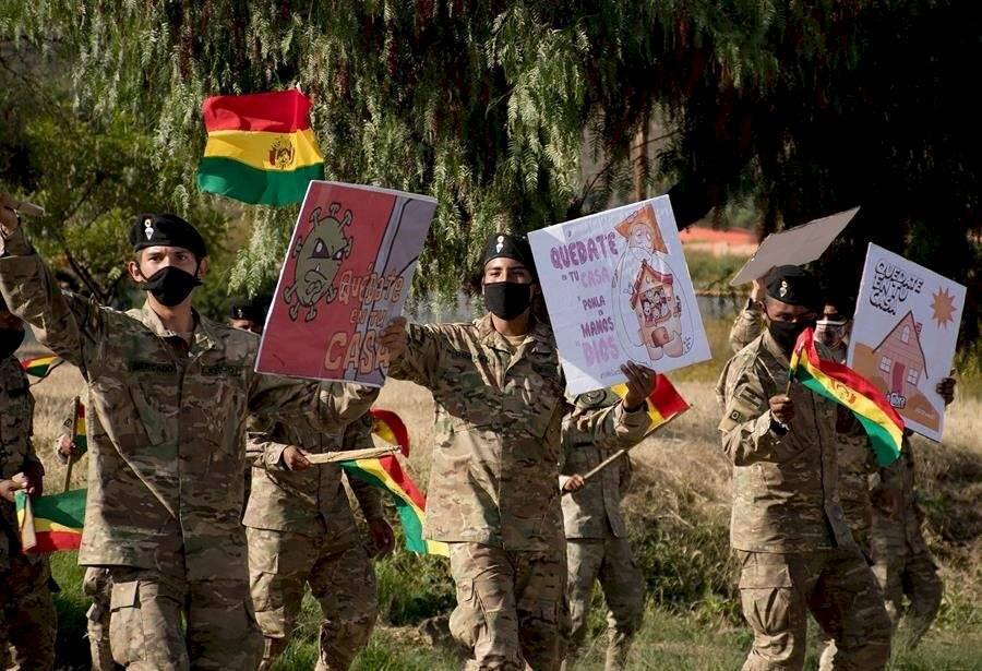 Soldados bolivianos acompañan una banda musical