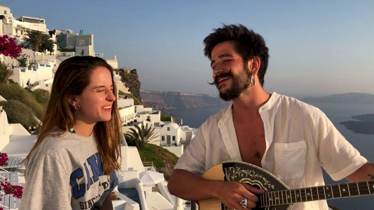 Camilo y Evaluna cantando