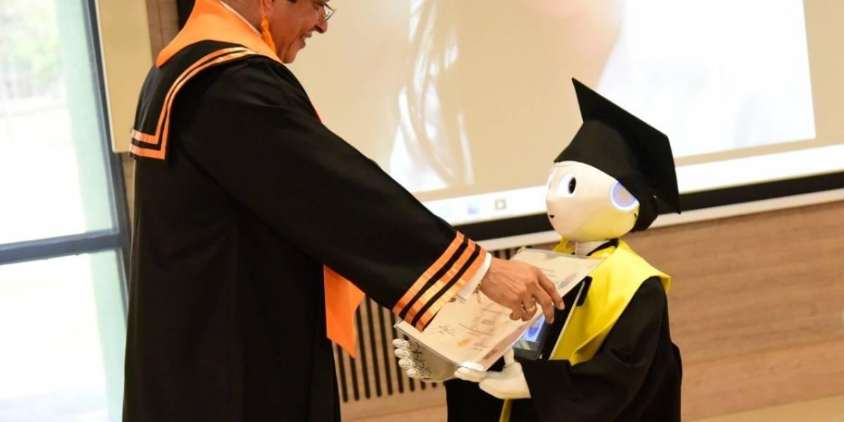 Un robot graduó a 13 nuevos médicos en universidad colombiana