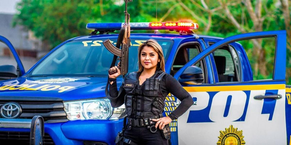 PNC investiga fotos donde se observa a mujer usando equipo y autopatrulla de la institución