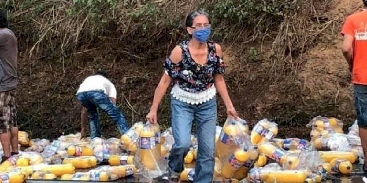 VIDEO. Pobladores se llevan producto de tráiler accidentado en Palín