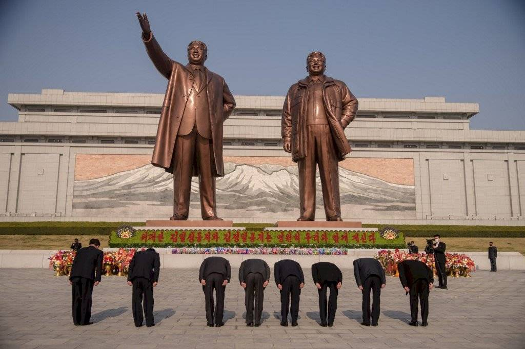 Estatuas de los difuntos líderes norcoreanos Kim Il Sung y Kim Jong Il