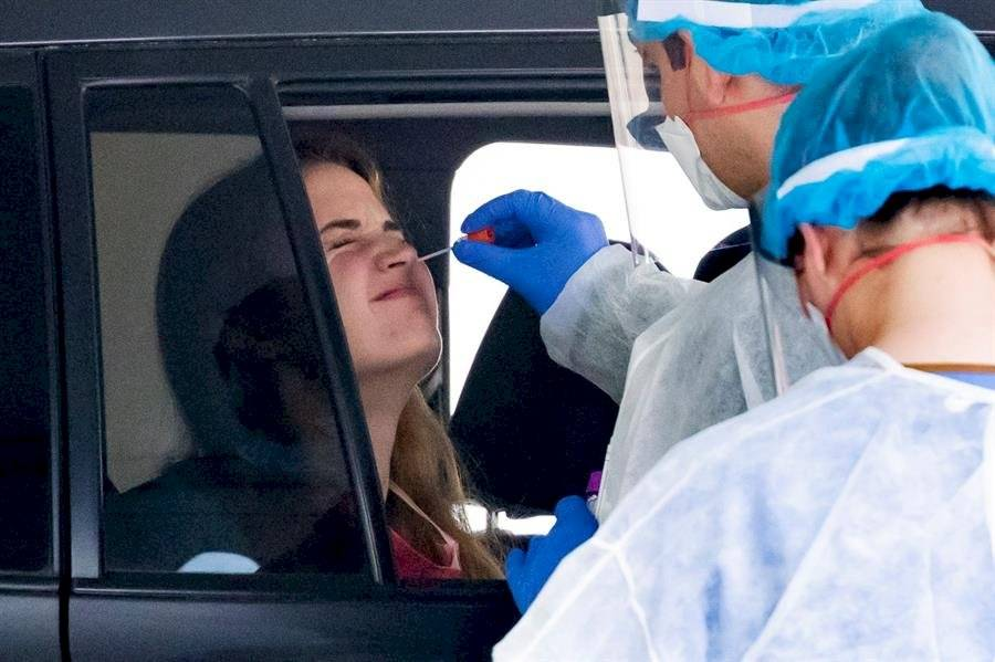 La paciente tiene un hisopo insertado en la nariz mientras se somete a una prueba de coronavirus COVID-19 EFE