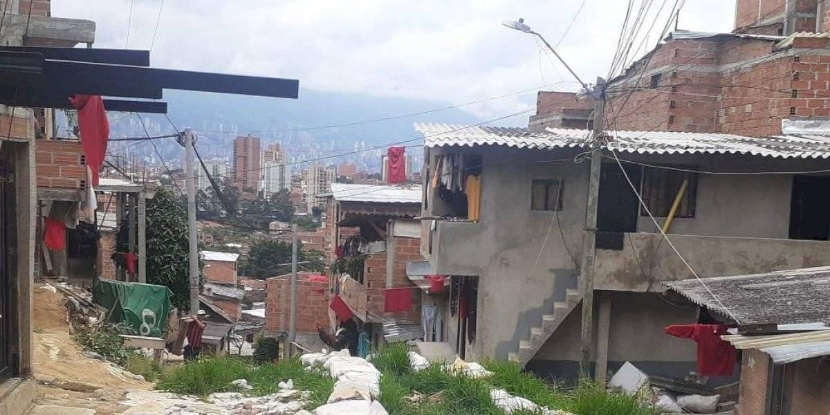 La comuna 13 tiene hambre y pide a gritos ayudas del gobierno con los trapos rojos