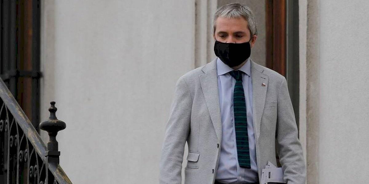 """Ministro Blumel asegura que incidentes durante la noche fueron un """"intento de amedrentar y alterar proceso democrático"""""""