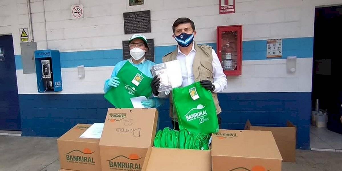 Banrural dona kits con ropa a retornados que están en albergue
