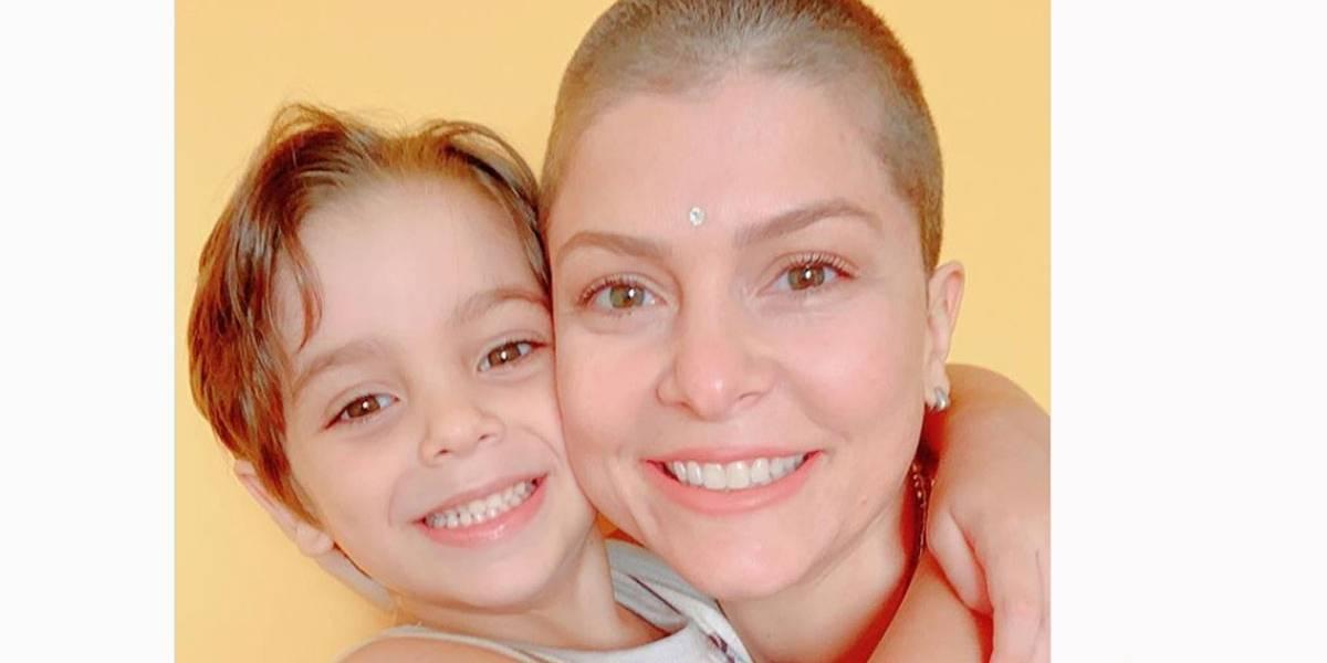 Bárbara Borges raspa o cabelo na quarentena durante pandemia do novo coronavírus