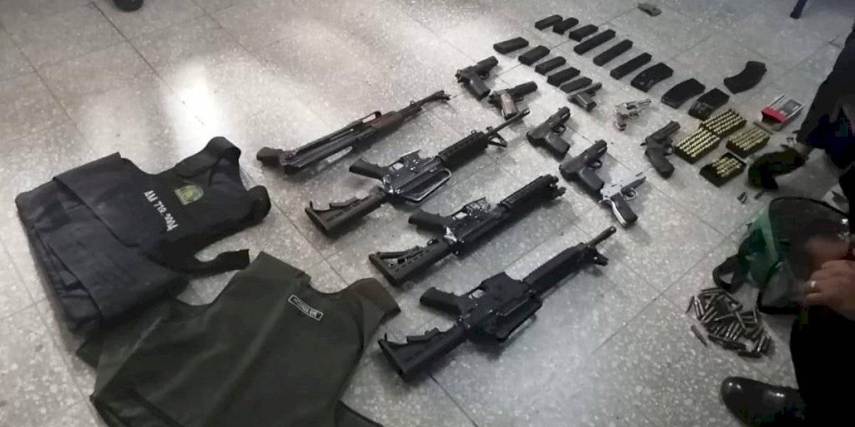 Capturan a supuesto pandillero que llevaba arsenal en vehículo