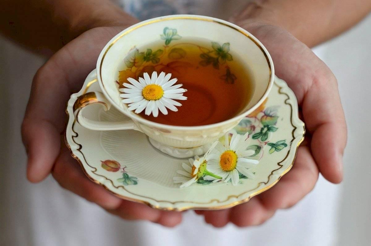 Prepara té de manzanilla para dormir y calma la ansiedad