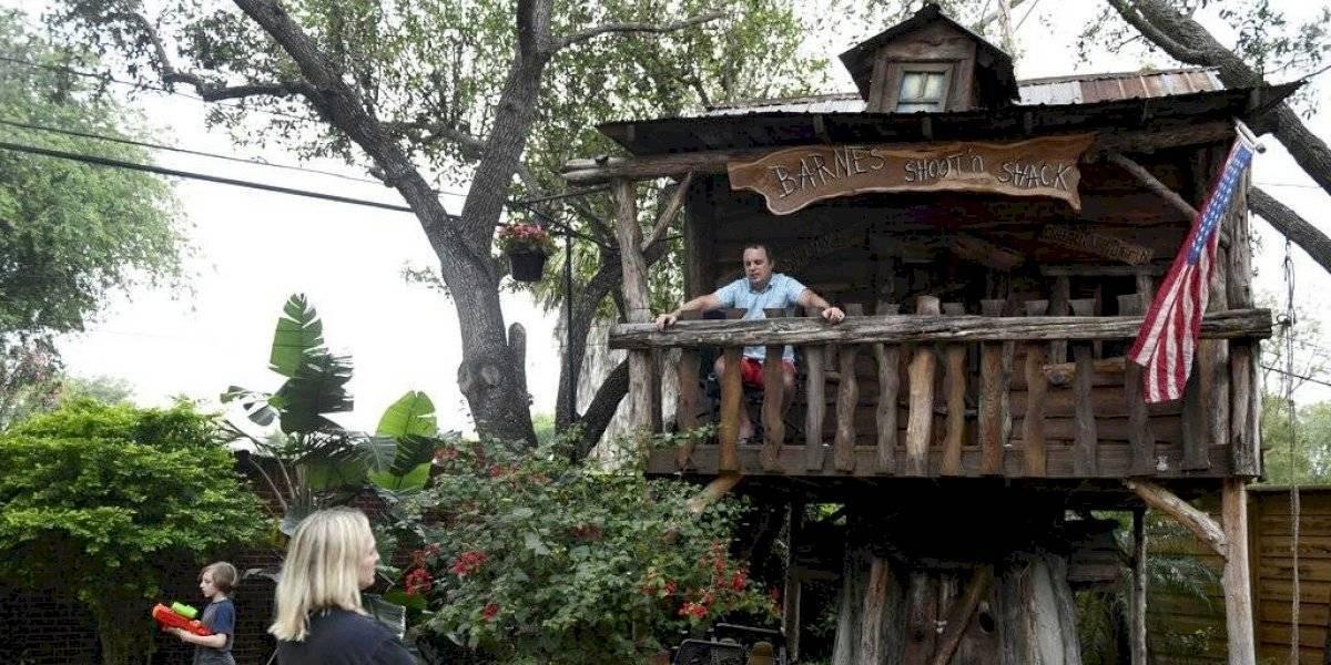 Médico se muda a la casa del árbol de sus hijos para protegerlos del coronavirus