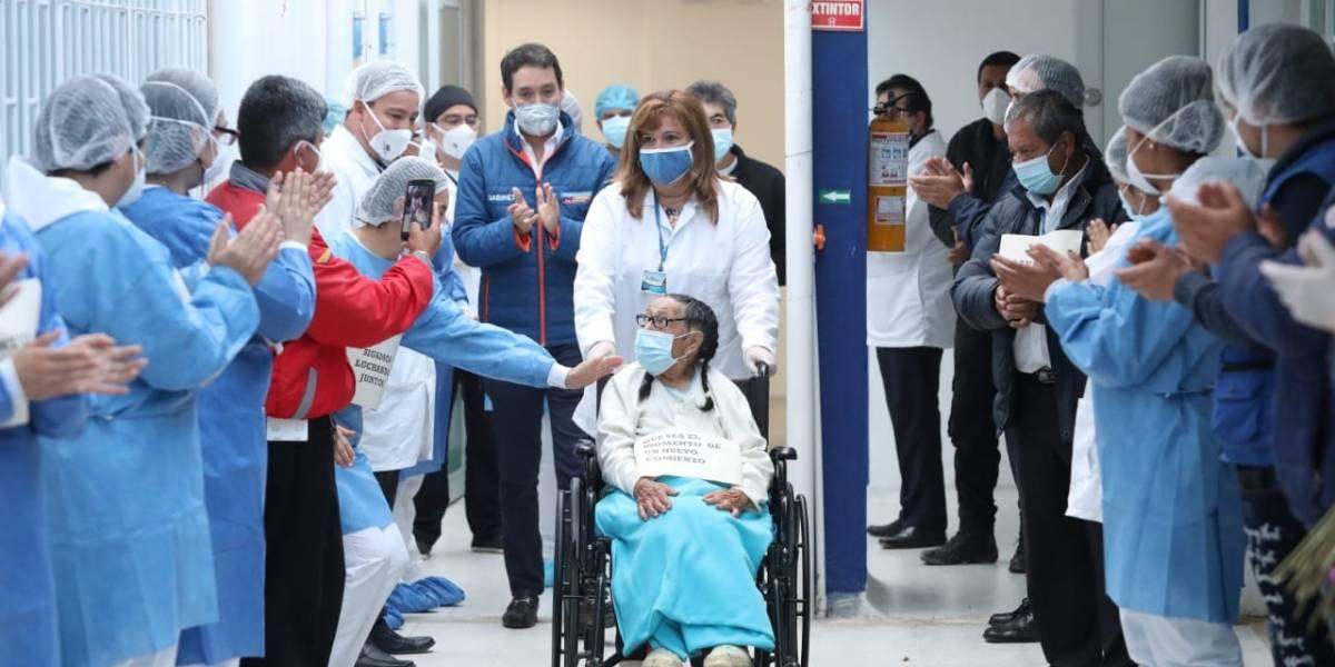 Mujer de 92 años salió del hospital tras curarse del coronavirus