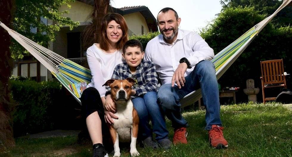 Lupo Daturi posa para los fotógrafos con su madre Francesca Zambonin, su padre Marco Daturi y su perrita Mía. (Miguel MEDINA / AFP).