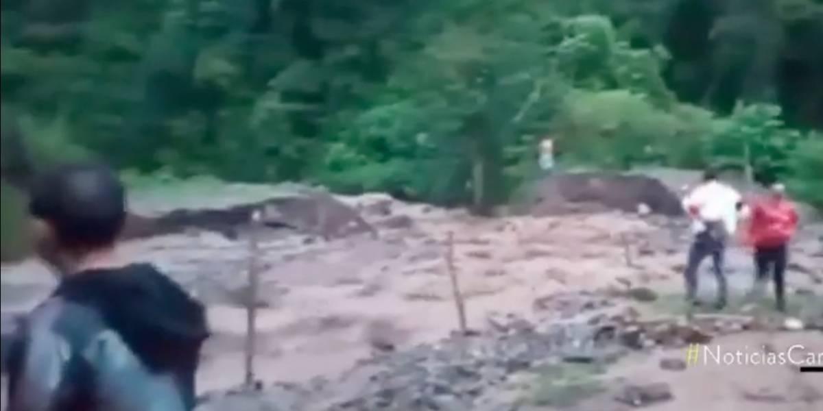 VIDEO | Deslizamiento por fuertes lluvias dejó tres muertos y un herido