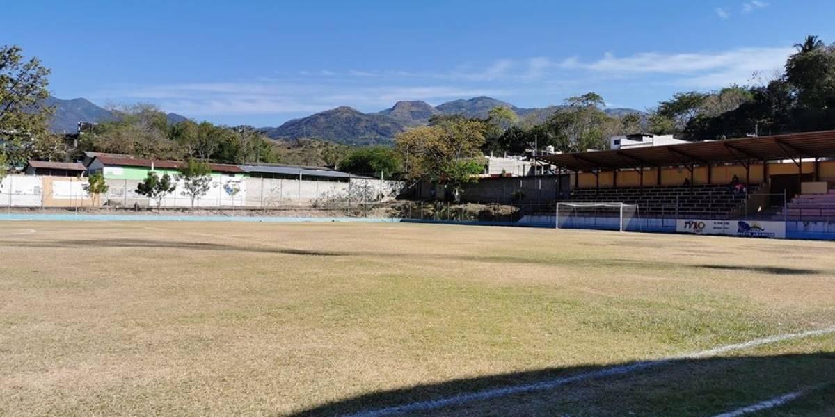 Estadio de futbol es utilizado como mercado por pandemia del coronavirus