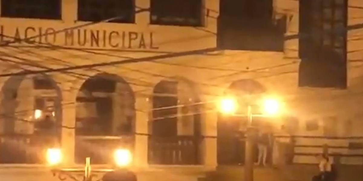 (Video) Funcionarios públicos hacen fiesta en sede de alcaldía de  municipio en Santander