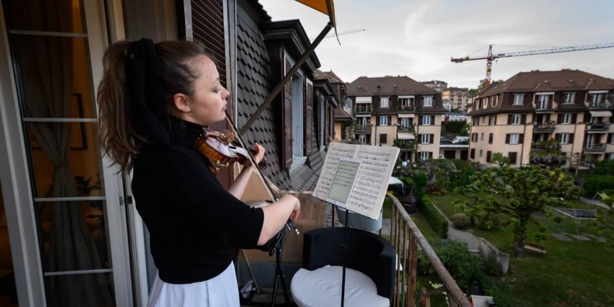 """VIDEO. La violinista Alexandra Conunova """"salva almas"""" desde su balcón en Suiza"""