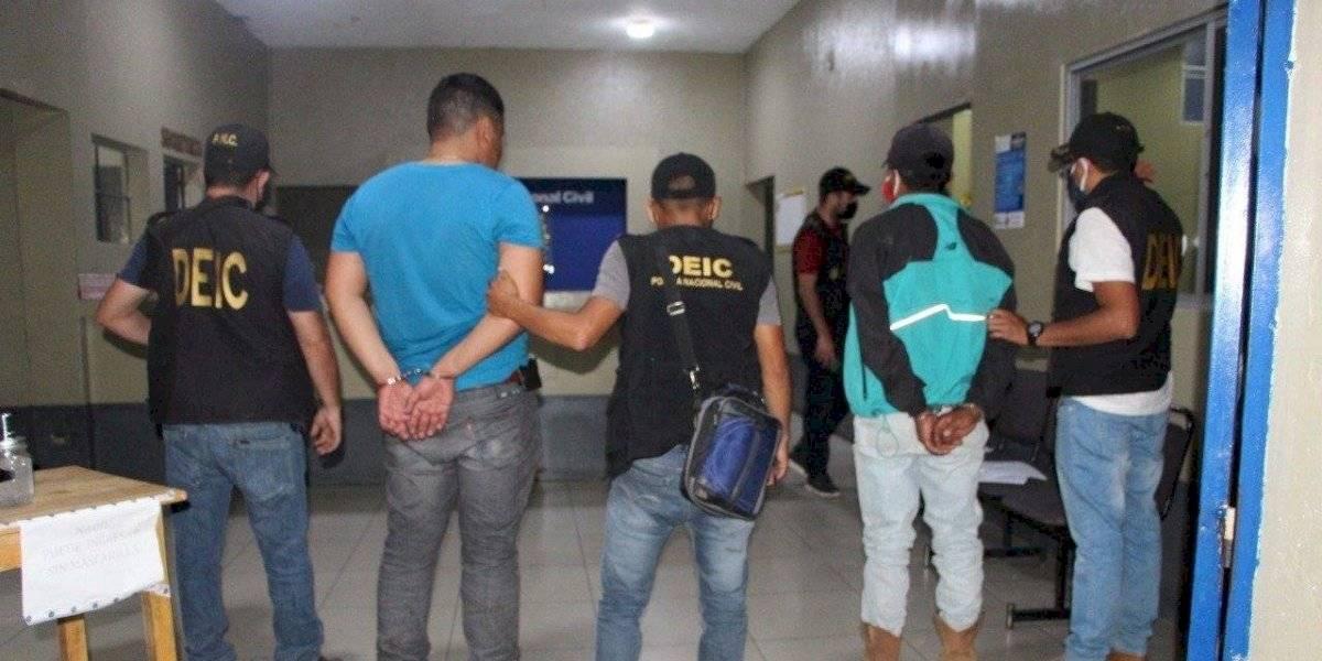 Capturados por violentar toque de queda; uno tiene orden de captura y otro iba armado