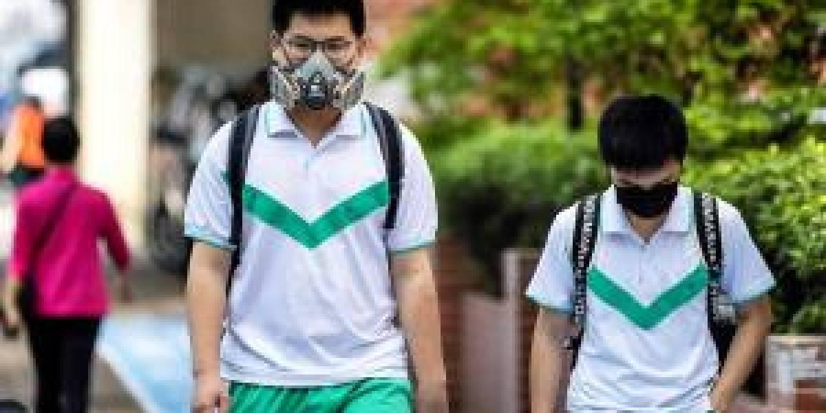 Manteniendo metros de distancia regresaron a clases estudiantes en China