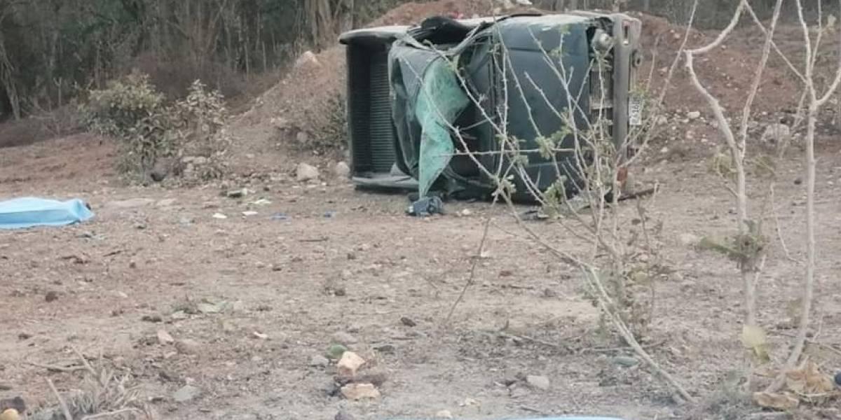Dos muertos y ocho heridos tras volcar picop en libramiento de Barberena