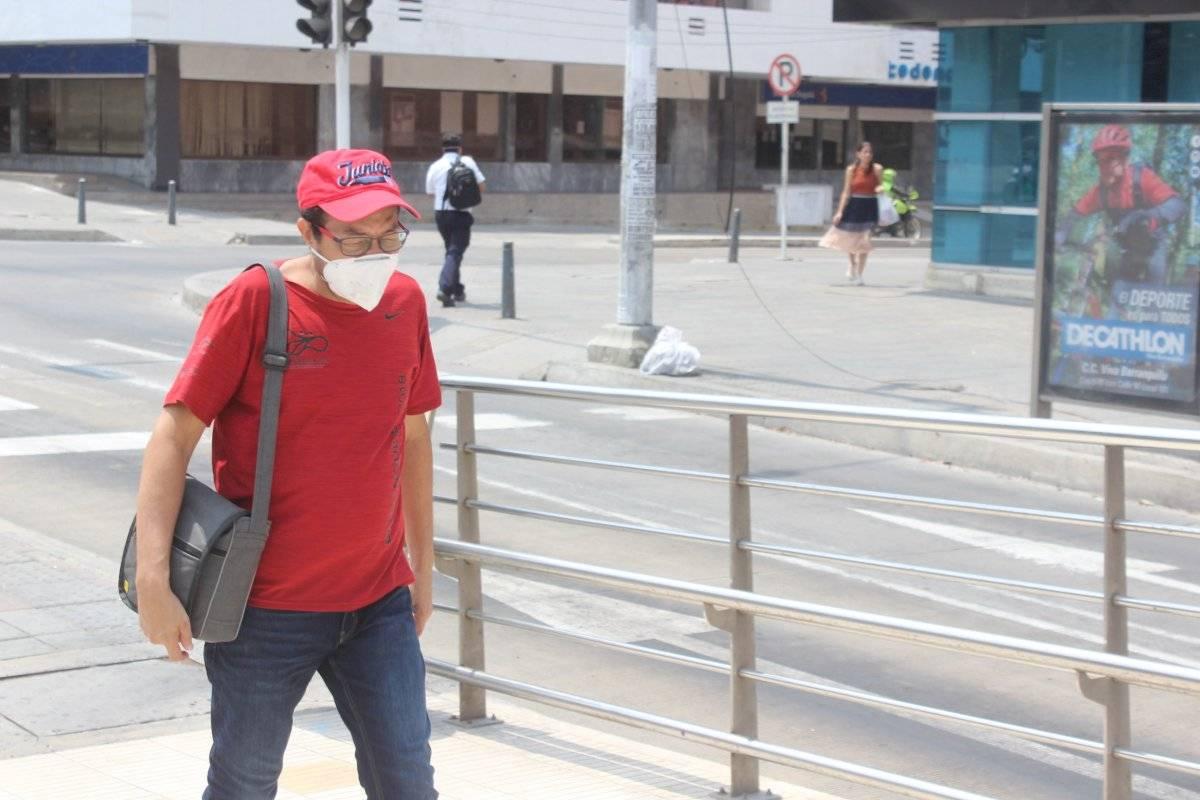 Usuario entra a estación de Transmetro. Jairo Cassiani