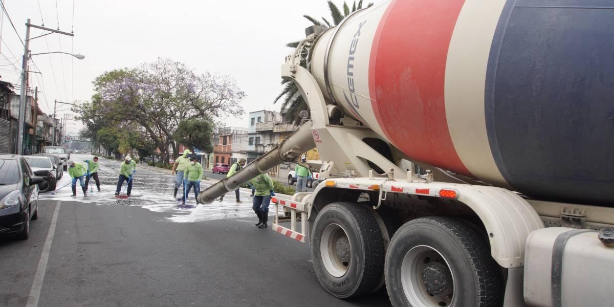 Utilizan camiones revolvedores de concreto para desinfectar varias calles de la Ciudad