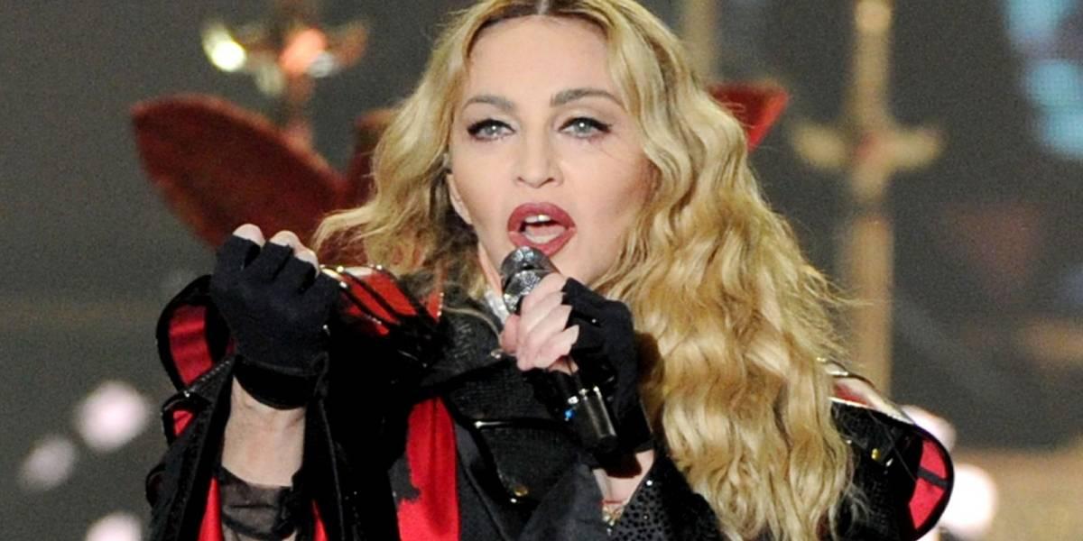 Usando guantes y limpiando el piso, Madonna exhibe su musculoso cuerpo a sus 61 años