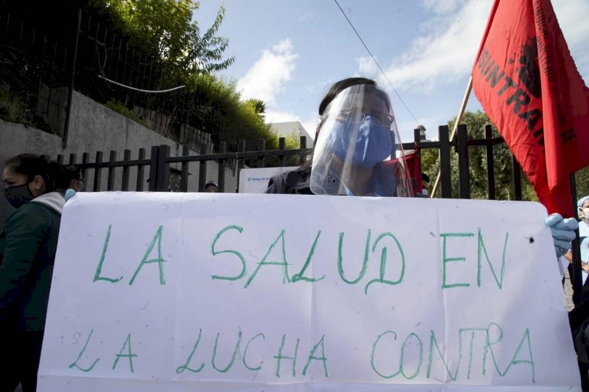Trabajadores de la salud realizan un plantón a las afueras del Hospital Eugenio Espejo