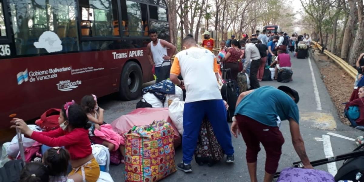 Venezolanos bloquean Autopista Norte para que los dejen salir del país