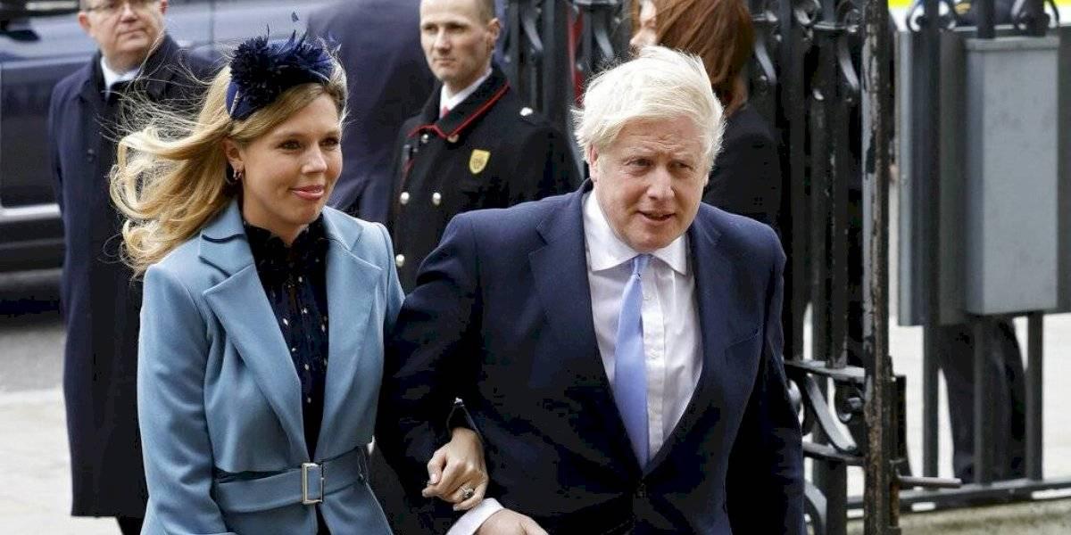 """Boris Johnson y Carrie Symonds nombran a su bebé en honor a médicos que """"le salvaron la vida"""""""