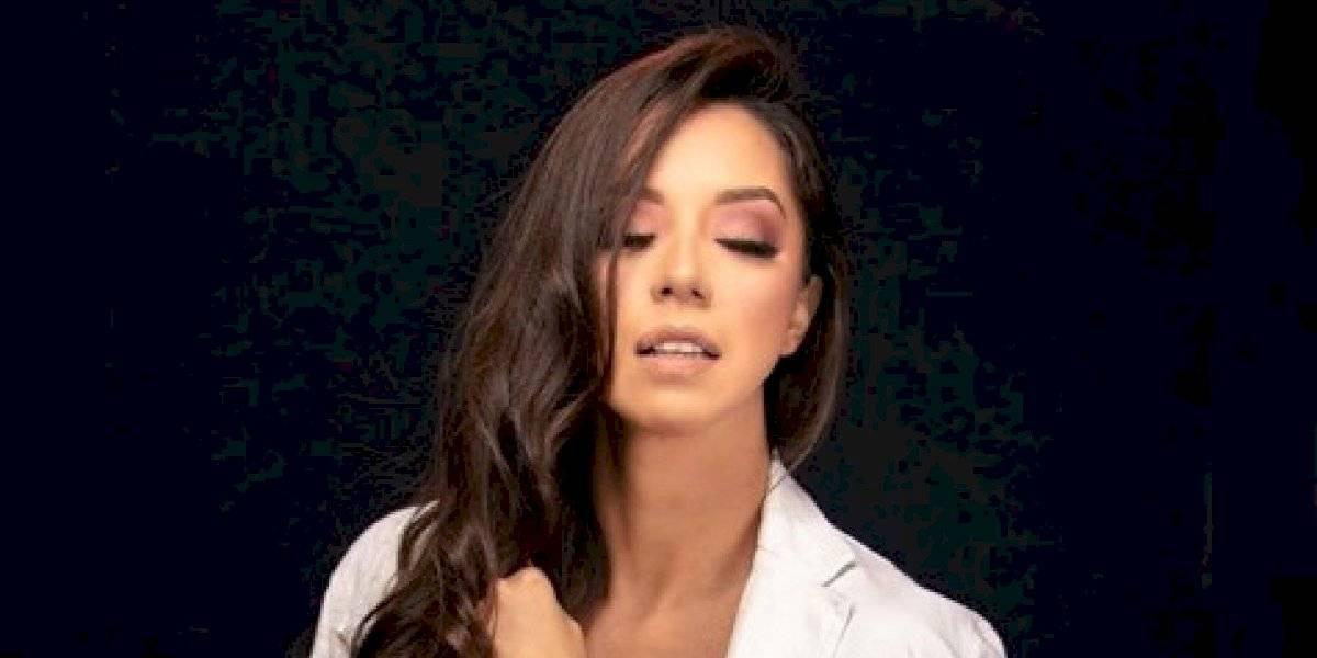 La modelo guatemalteca Denise González exhibe sus atributos y casi enseña de más