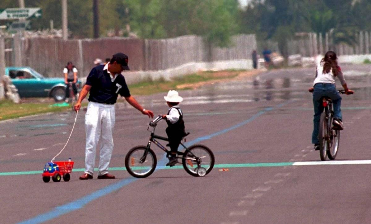 Muchos niños reciben juguetes el Día del Niño, entre ellas, bicicletas