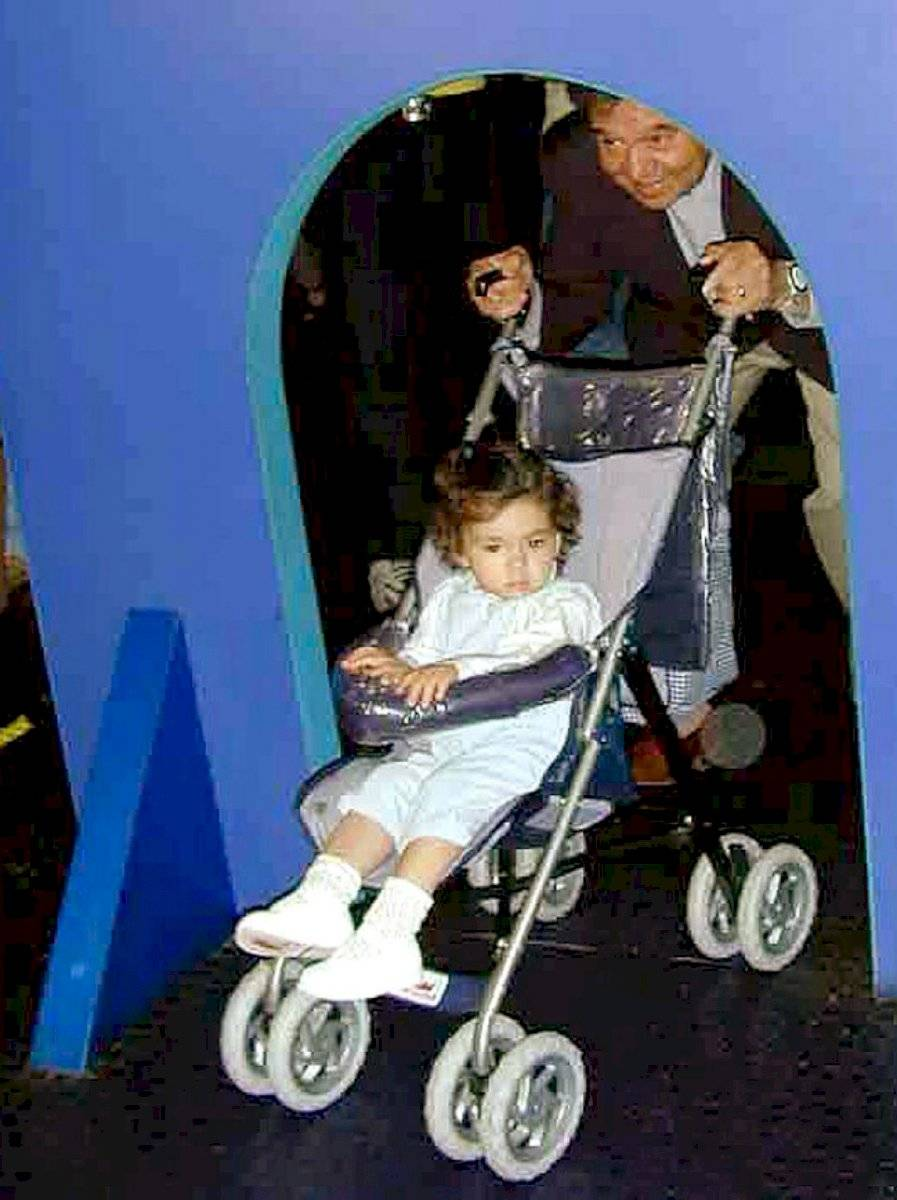 """Otro candidato presidencial, el del PARM-Nueva República, Porfirio Muñoz Ledo celebró con su hija Tamara en el """"Papalote Museo del Niño""""."""