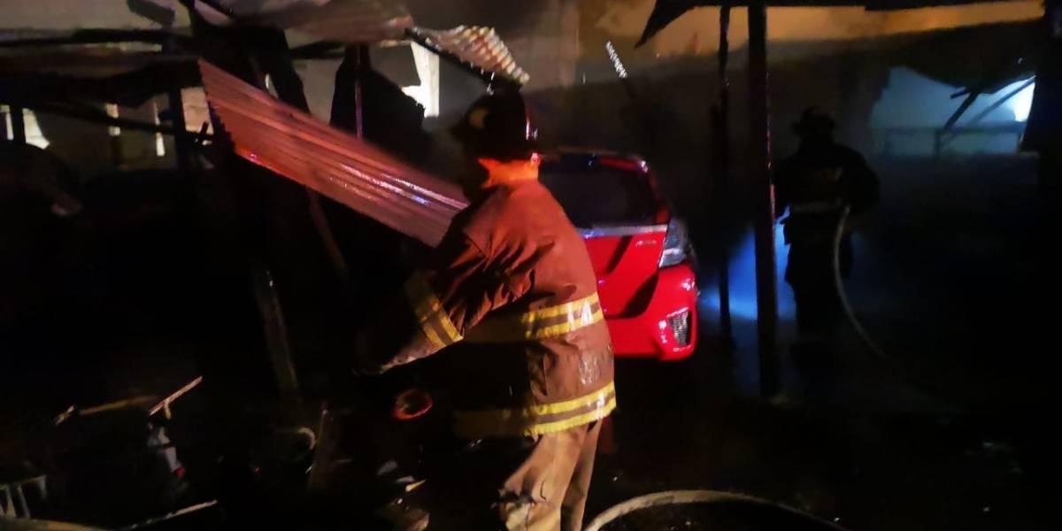 Incendio consume vehículos y parte de un inmueble en zona 21