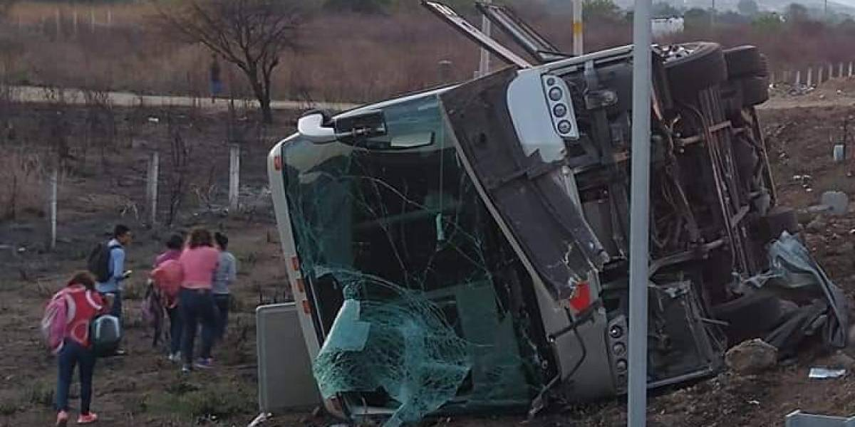 Volcadura de autobús deja al menos 20 lesionados en Oaxaca