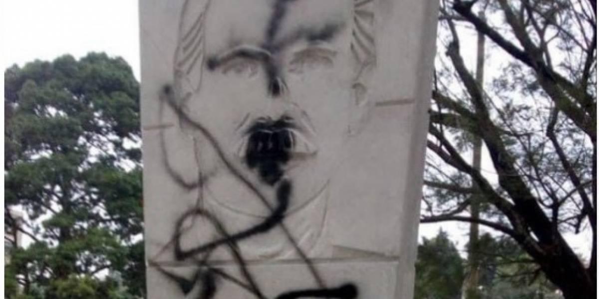Realizan pintas sobre monumento dedicado a Álvaro Arzú
