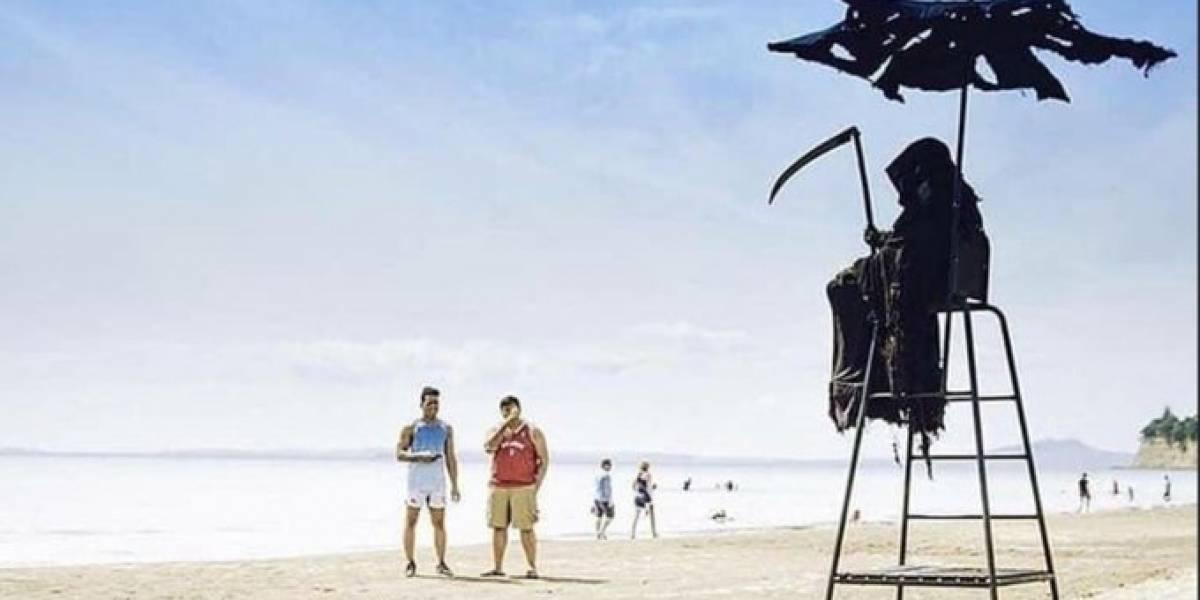 """Se disfrazó de """"La Muerte"""" para protestar contra apertura de playas en Florida"""