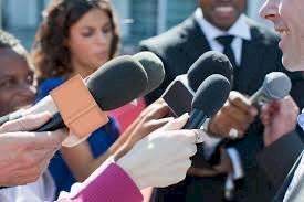 Los periodistas nos mantienen informados del acontecer mundial