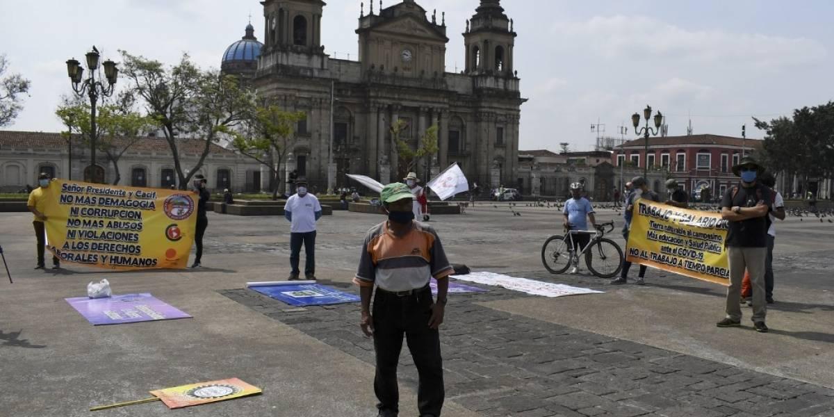 Cumpliendo distanciamiento social se realizan protestas por Día del trabajo en Plaza de la Constitución