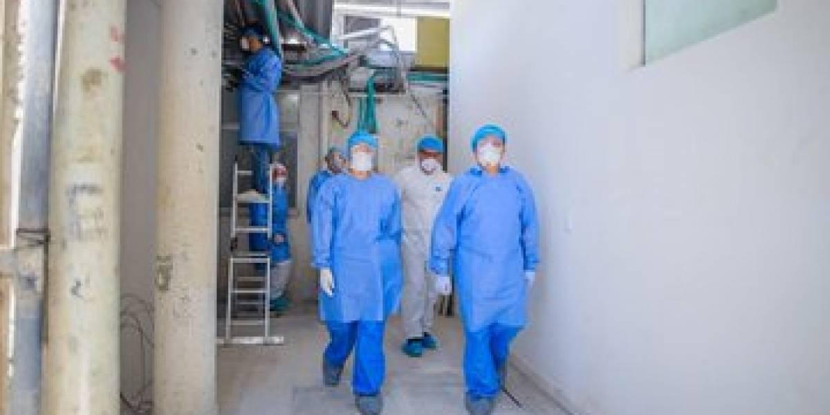 (FOTO) Así quedan las manos de los médicos tras 10 horas usando los guantes protectores para coronavirus