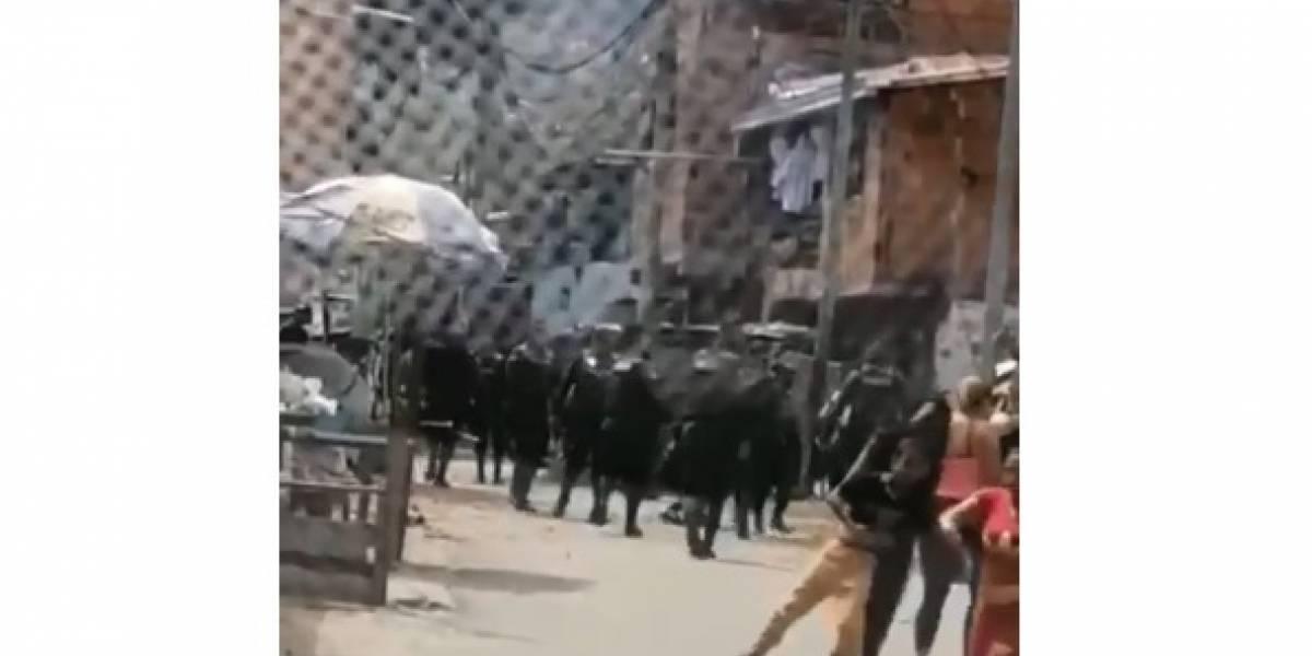 (VIDEO) Enfrentamiento entre Policías y ciudadanos que incumplían la cuarentena habría dejado un menor herido
