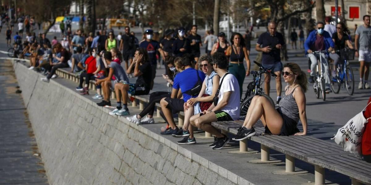 Presidente de España pide prudencia mientras sus ciudadanos se vuelcan a las calles