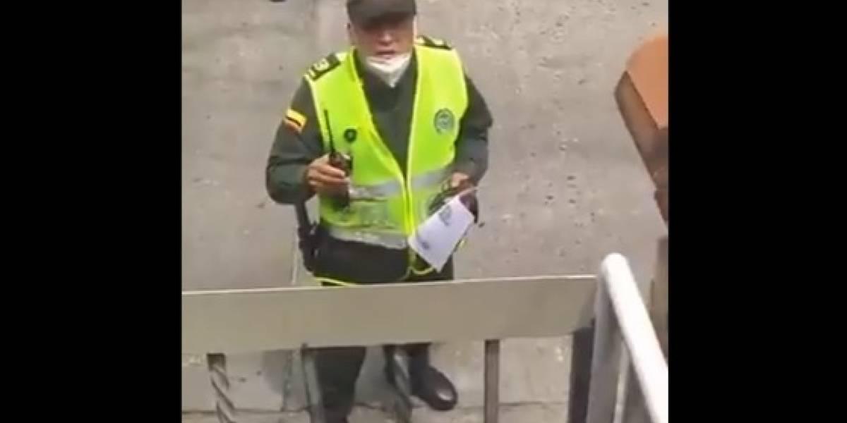 (Video) Policía multa a hombre por hacer teletrabajo arreglando computadores