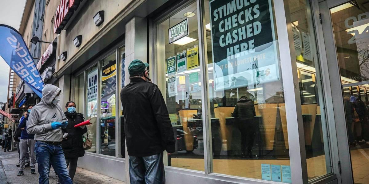 Estadounidenses sin cuenta de banco deberán esperar semanas para recibir cheques