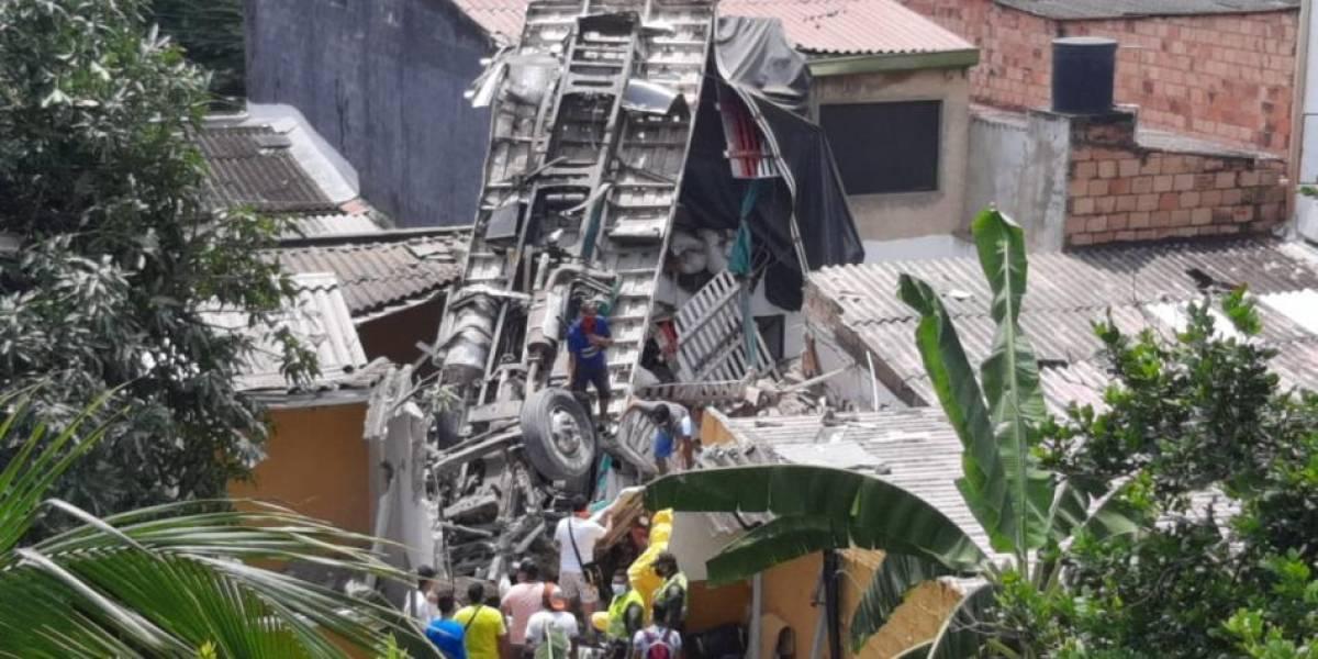El aparatoso accidente que terminó con un furgón sobre varias casas