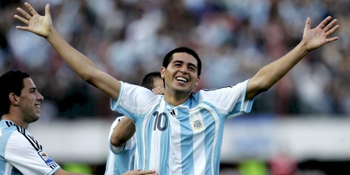 """""""Aguantá la pelota"""": Emotivo comercial argentino contra el coronavirus arranca con Juan Román Riquelme resistiendo el balón ante Chile"""