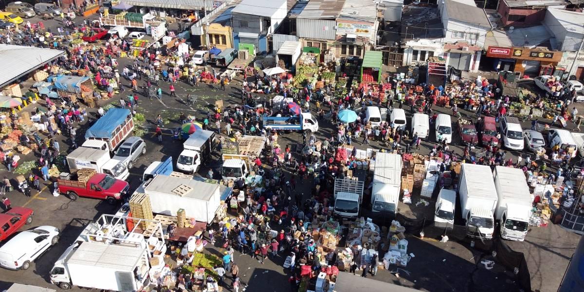 Caos y aglomeraciones en La Vega a horas de la cuarentena total para Recoleta