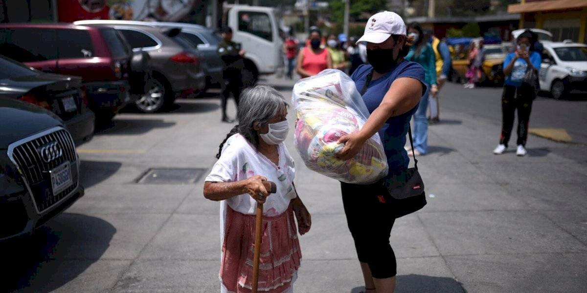 Guatemaltecos ayudan a su prójimo a pesar de las crisis
