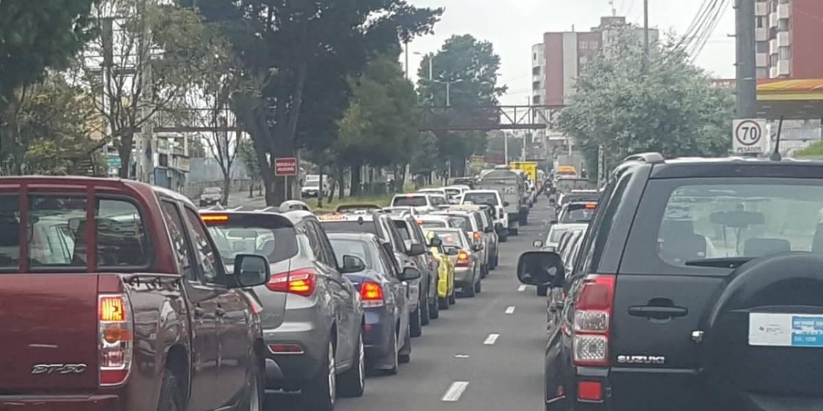 Semáforo rojo en Quito: congestión vehicular en la Mariscal Sucre