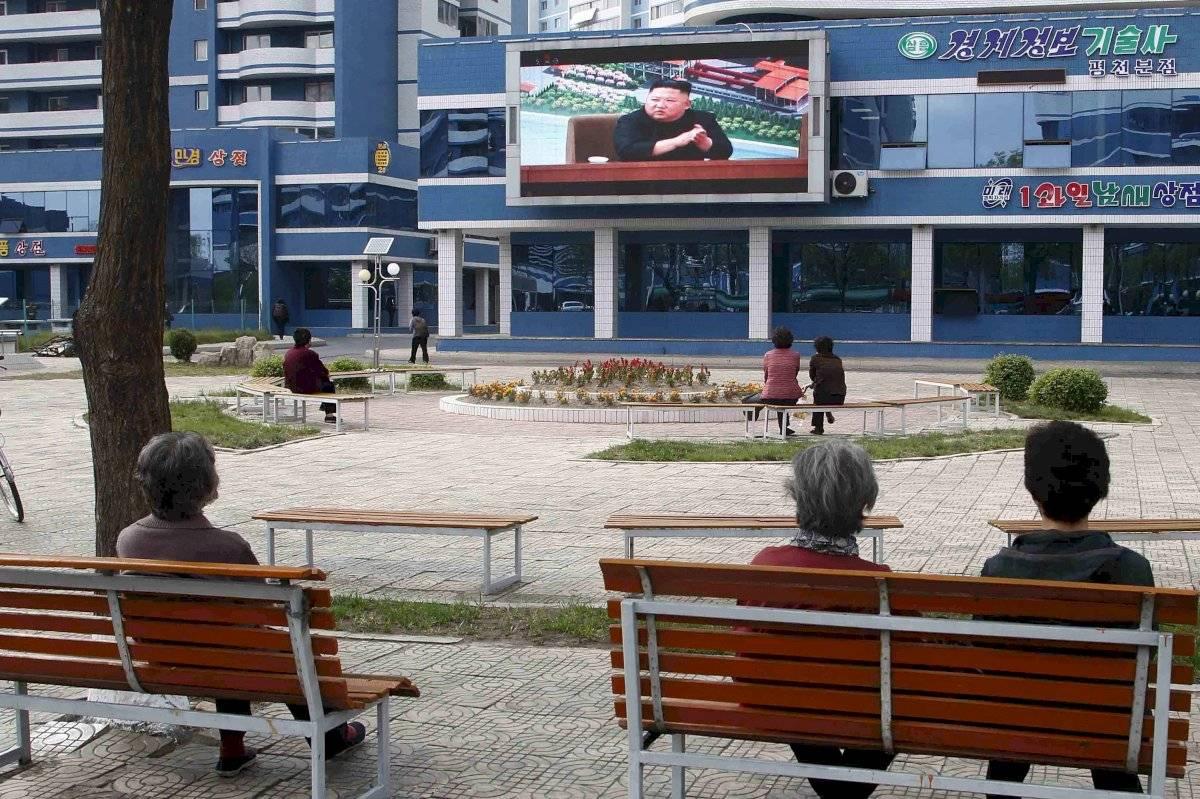 Unas personas ven noticias relacionadas con el presidente norcoreano Kim Jong Un en un parque en Pyongyang, Corea del Norte, el 2 de mayo de 2020.