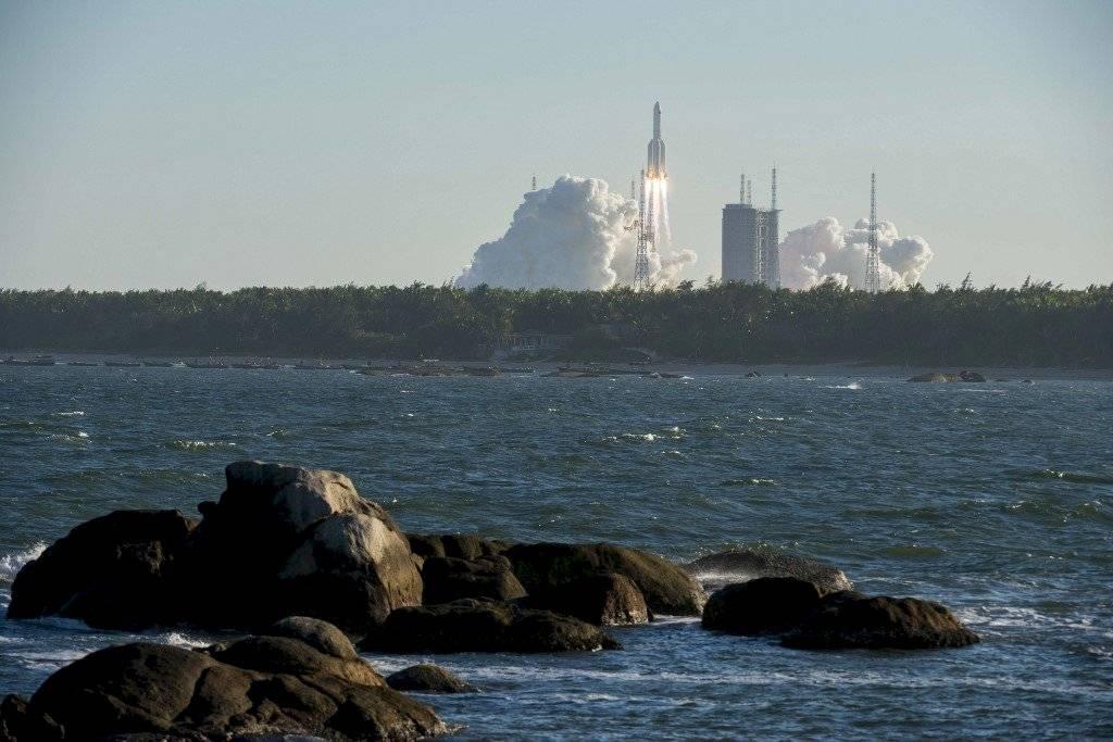 China lanza con éxito nuevo cohete con nave espacial